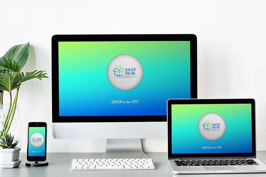 Vários aparelhos de tecnologia abrindo a mesma loja virtual