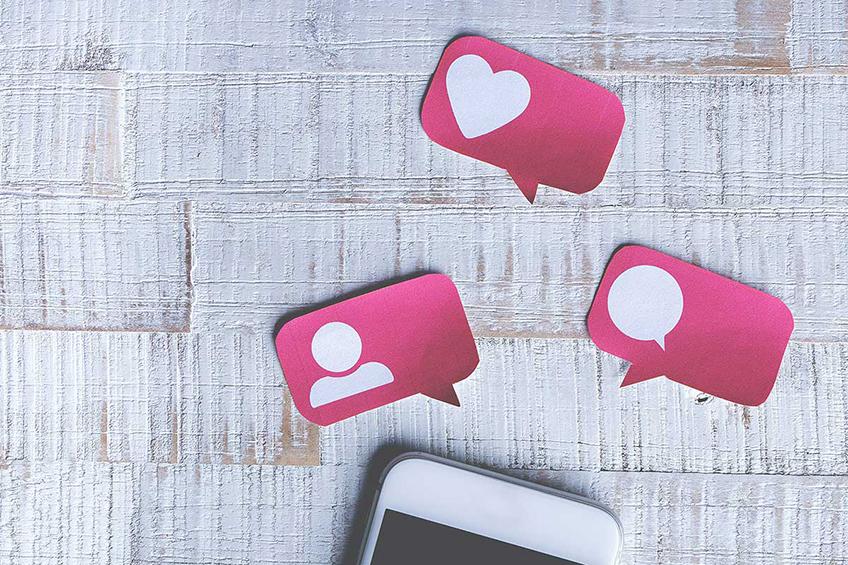 Celular com novos seguidores, curtidas e comentários